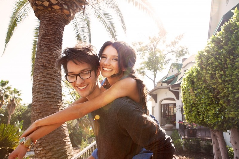 portrait-of-young-couple-embracing-in-backyard